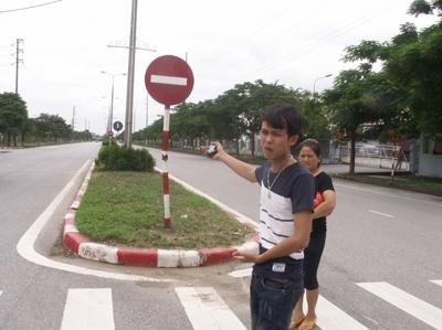 Anh Lê Văn Hậu đứng tại địa điểm xảy ra tai nạn khi nạn nhân Tr. và Hoài bị cảnh sát rượt đuổi tối ngày 14/7.