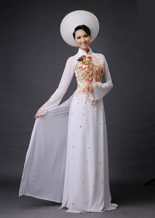 Họa tiết rồng, phượng vốn gồm rất nhiều chi tiết nên cần giữ dáng áo đơn giản, truyền thống.