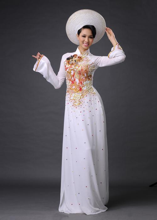 Một chiếc áo dài vừa vặn phải đảm bảo được hai tiêu chí: làm nổi bật đường cong của cô dâu nhưng vẫn tạo cảm giác thoải mái khi mặc.