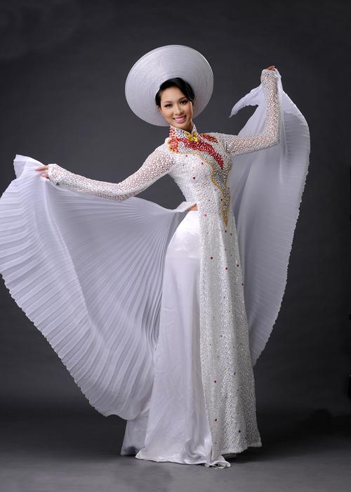 Áo dài có tà sau xòe rộng, xếp ly đang được các cô dâu quan tâm hơn cả.