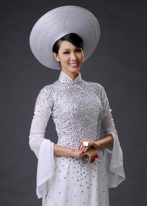 Tay áo xẻ rộng tạo nét yêu kiều cho cô dâu.