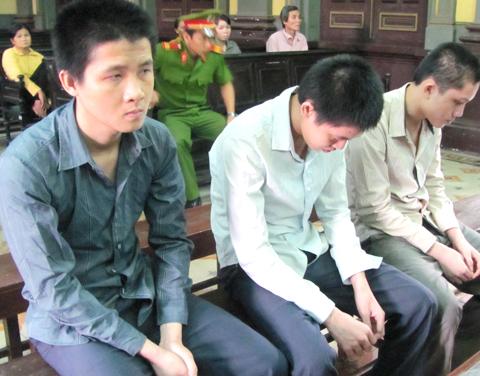 Tại toà, các bị cáo thừa nhận hành vi phạm tội của mình. Ảnh: Bình Nguyên.