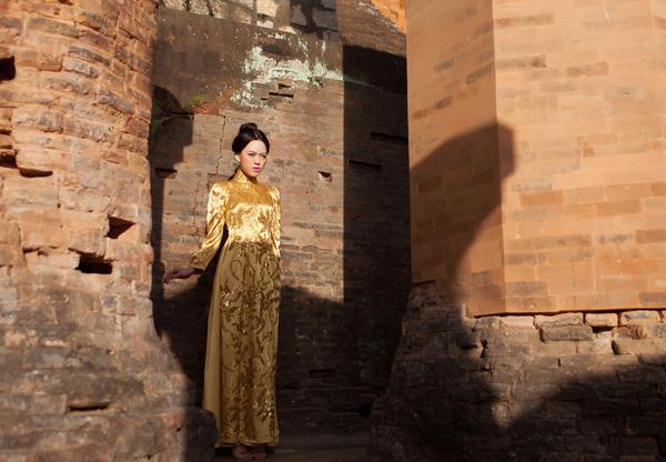 Lận đận trong tình cảm khiến Hoàng Điệp rất buồn. Cô tìm quên bằng việc xuất ngoại, trau dồi vốn tiếng Anh.