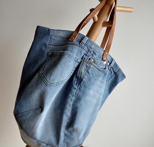 Chỉ cần biến hóa một chút từ chiếc quần cũ là bạn có ngay một chiếc túi mới để diện.