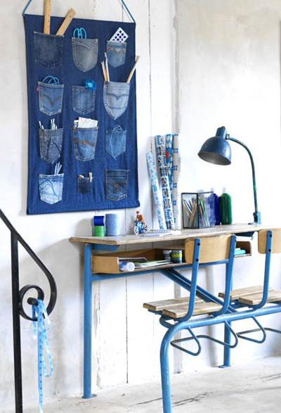 Giữ lại những chiếc túi sau từ quần jeans cũ, bạn sẽ có ngay một túi đựng các đồ dùng lặt vặt thường ngày, vừa đẹp lại vừa gọn gàng.