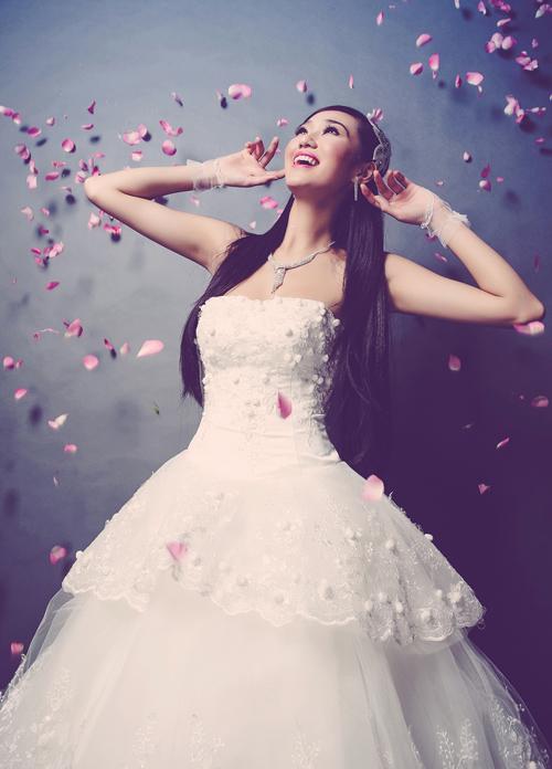 Xen kẽ giữ các tầng váy là lớp vải ren thêu tay hình hoa dây leo tinh tế.