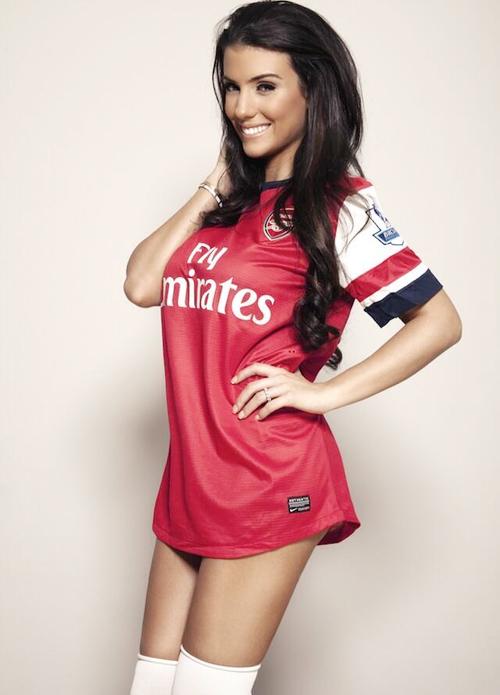 Bức ảnh Ludivine mặc áo đấu của đội tạo dáng sexy, khêu gợi chiếm cảm tình lớn của các fan Arsenal