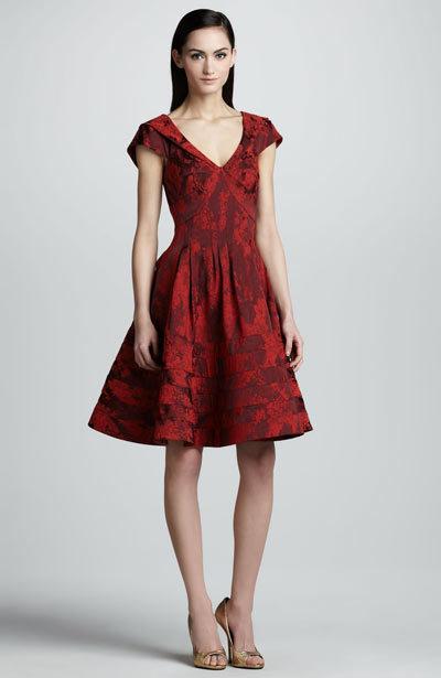Bạn có thể chọn váy xòe khoét ngực hơi sâu một chút như thế này, tuy nhiên phần tay nên dài hơn để che bắp to.