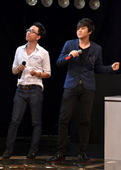 Anh tham gia đội chơi thi ca hát cùng nhạc sĩ Nguyễn Hồng Thuận.