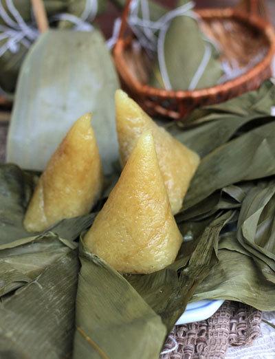 Món bánh có vị dẻo thơm của nếp hòa quyện với đỗ xanh bùi và mùi thơm đặc trưng của nước tro.