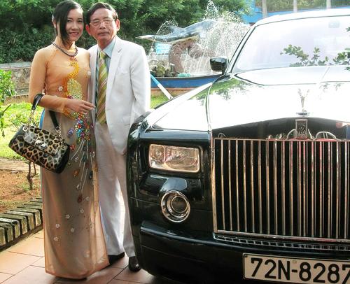 Đại gia Lê Ân cùng vợ thứ 6 bên siêu xe Rolls Royce trị giá trên 1,5 triệu USD. Ảnh: Duy Khang