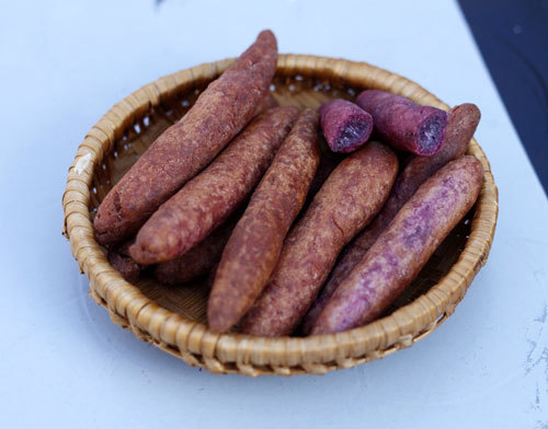 Không cần phải đi đâu xa, ngay tại nhà, bạn có thể chiêu đãi người thân món bánh khoai mỡ có vỏ giòn rụm, bên trong bùi bùi, màu tím đẹp mắt, thơm ngon.
