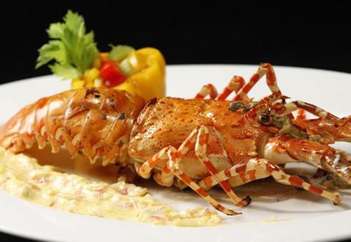 Tôm hùm Bình Ba là món ăn ngon khó bỏ qua khi đến Cam Ranh.