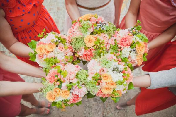 Tiệc cưới hồng đào kết hợp phụ kiện mộc