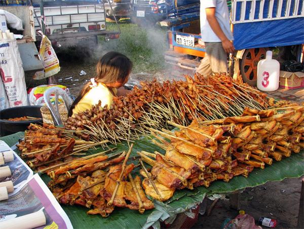 Món gà nướng Savanakhet thơm nức mũi níu chân du khách. Ảnh: fotopedia