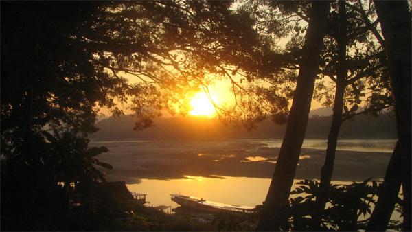 Cố đô Luang Prabang là thiên đường cho những ai muốn trốn khỏi sự xô bồ, tìm về chốn bình yên. Ảnh: stophavingaboringlife