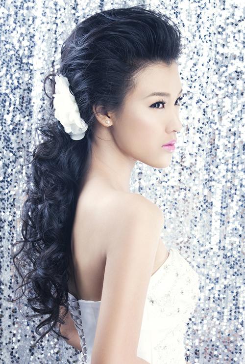 Á hậu Hoàng Oanh rạng rỡ mặc váy cô dâu
