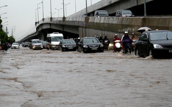 Trên đường Nguyễn Xiển (Vành đai 3) cũng bị ngập sâu từ sáng đến chiều nay, nhiều phương tiện nối đuôi nhau bì bõm qua đây.