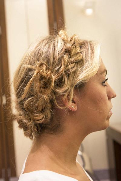 Cuối cùng bạn kéo chúng ngược lên phía trên đầu, đối diện với phần tóc được kéo ngược ngay trước đó và dùng ghim cố định, khéo léo giấu đuôi tóc vào trong để tạo nên một chiếc vương miện hoàn chỉnh và liền mạch.