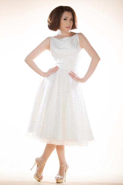 Khi nhận được lời mời làm mẫu ảnh cho thiết kế mới của Công Trí, Hồ Quỳnh Hương vui vẻ nhận lời. Nữ ca sĩ trông trẻ trung, hồn nhiên khi diện váy trắng tinh khôi.
