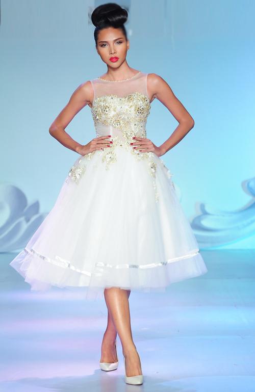 Váy cưới ngắn `hút hồn` cô dâu Việt