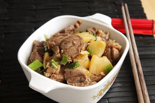 Chỉ cần 5 bước đơn giản từ hai nguyên liệu chính là thịt bắp bò và dứa xanh, bạn đã có món kho ngon lành cho bữa cơm nhanh gọn, ấm cúng.