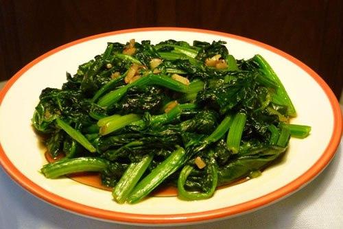 Cải bó xôi có màu xanh sẫm chứa nhiều vitamin được xào cùng với tỏi và dầu hào mang lại một món xào ngon miệng cho bữa cơm gia đình.