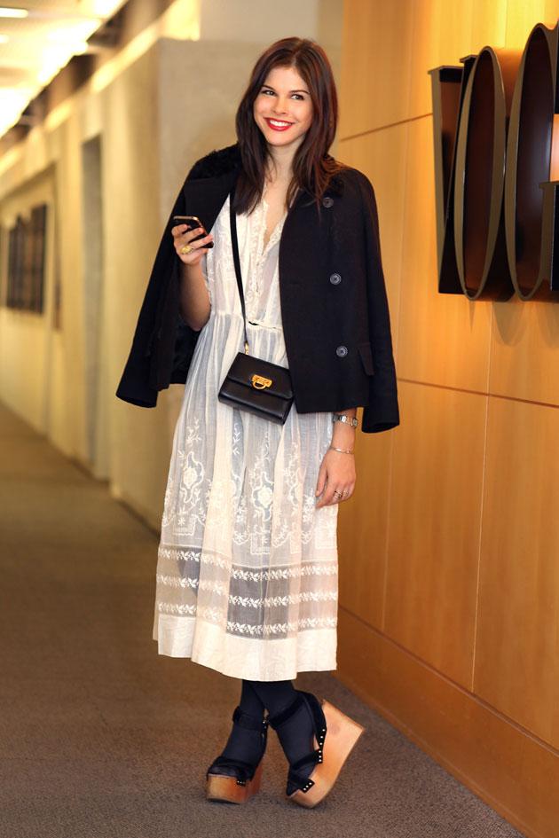 """Cô gái Emily Weiss, người lập nên trang cá nhân về thời trang Into The Gloss thu hút tới đông đảo """"cư dân"""" yêu thời trang trên Internet. Lời khuyên về phong cách của cựu nhân viên Vogue, Teen Vogue và W được coi là """"kim chỉ nam"""" cho các cô gái."""
