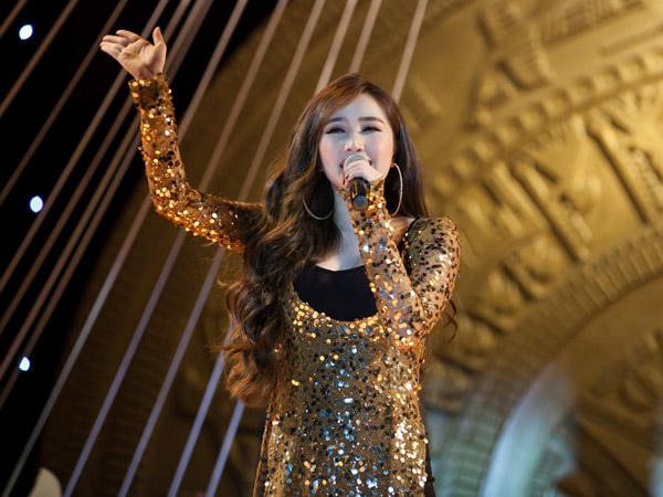 Nữ ca sĩ thể hiện ca khúc 'Đa nghi' của nhạc sĩ Nguyễn