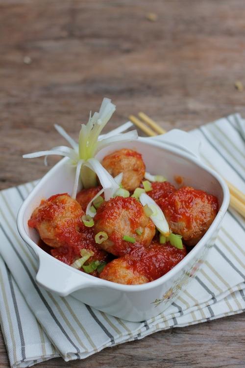 Món thịt viên bọc trứng cút sốt cà chua cho bữa cơm gia đình