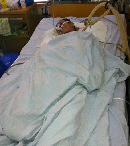 Ông Hùng lúc được cấp cứu trong bệnh viện.