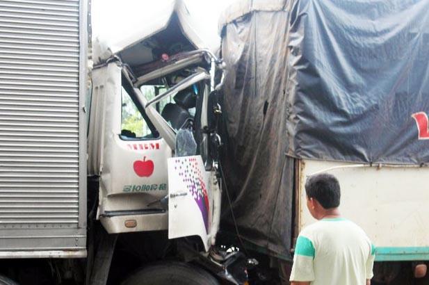5 xe tải húc thẳng vào đuôi nhau.
