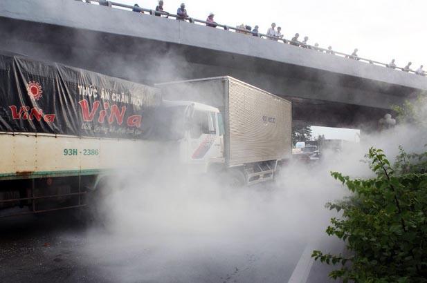 Khói trắng bốc lên nghi ngút khi xe tải phát hỏa.
