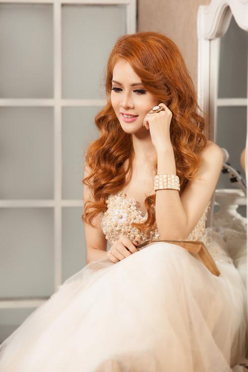 Bảo Trúc trang điểm cưới rực rỡ sắc cam