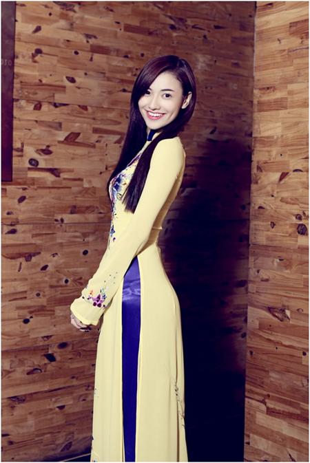 Hồng Quế tinh khôi với áo dài của Hoàng Hải