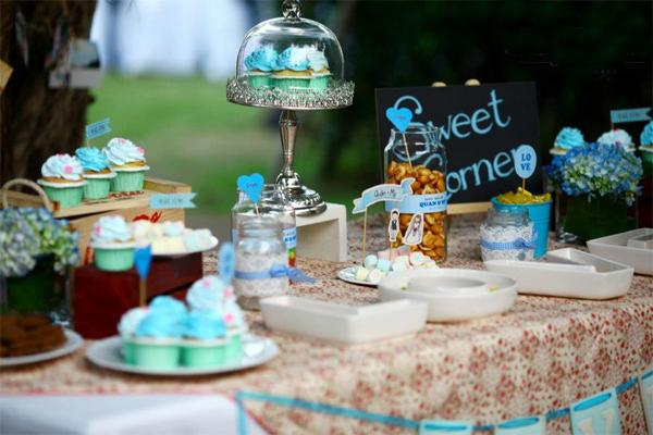 Ở khu vực đón tiếp là một bàn tiệc ngọt với cupcake, bánh kẹo được trang trí đáng yêu.