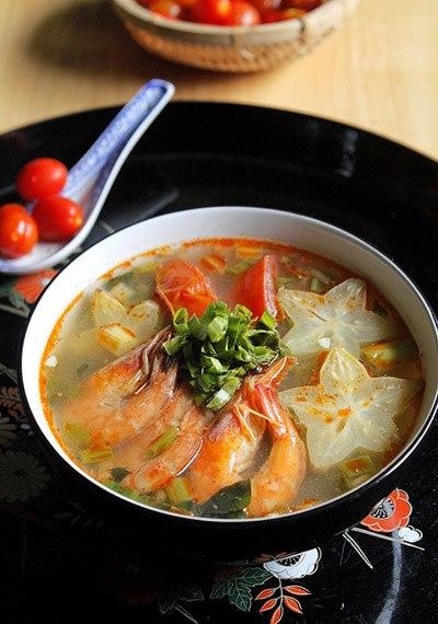 Người miền Trung thường dùng khế xanh để nấu canh chua thay cho me hay sấu, bát canh nóng hổi với vị chua của khế, thơm của một chút mùi của lá lốt và mùi thơm của rau ngổ, mùi tàu.