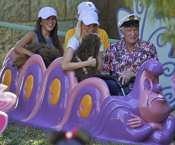 Sự kiện - Ông chủ Playboy 87 tuổi dạo chơi Disneyland với vợ trẻ (Hình 4).