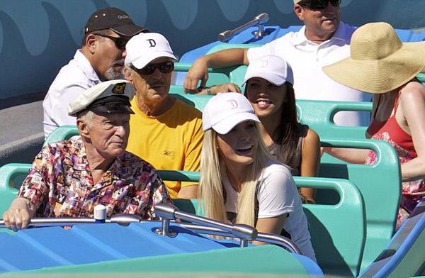 Sự kiện - Ông chủ Playboy 87 tuổi dạo chơi Disneyland với vợ trẻ (Hình 5).