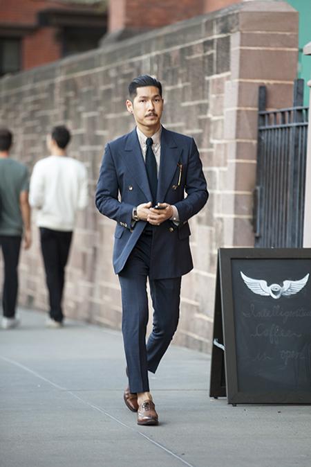 Thay vì mặc những bộ vest màu đen nhàm chán đến các sự kiện quan trọng, bạn nên lựa chọn màu xanh navy. Gam này không chỉ giúp cho màu da của các chàng trở nên sáng hơn mà còn dễ phối hợp với nhiều loại sơ mi và cà vạt khác nhau.