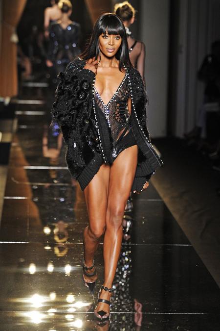 Naomi vẫn tạo ra sức hút trên sàn catwalk dù đã bước sang tuổi 43. Ảnh: Ivy-mag.