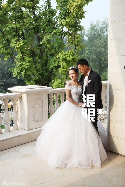 Cô dâu Hà Khiết giấu dáng thấp, tròn nhờ váy cưới