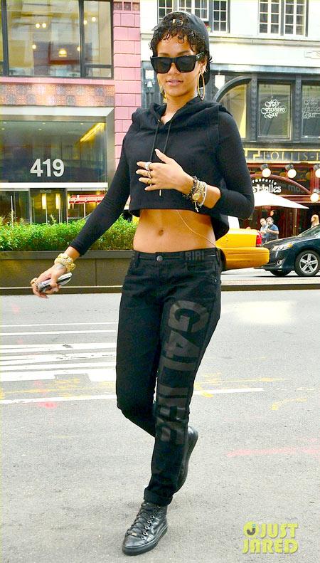 4-Rihanna-2-2221-1379046140.jpg