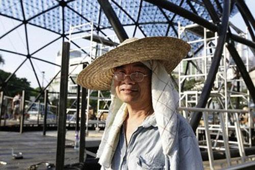 Một trong số những công nhân đang tham gia lắp ghép các bình nhựa để làm nên chiếc đèn lồng khổng lồ tại công viên Victoria, Hong Kong, hôm 10/9. Ảnh: Reuters