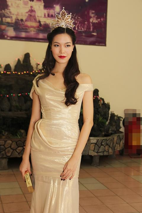 Tối 13/9, Hoa hậu Thùy Dung đã có mặt trong show 'Kết nối ước mơ' cùng với 'chàng trai bị trục xuất' Omar và 3 anh em gốc Việt nhà họ Lưu tại sân vận động quân khu 7 TP HCM.