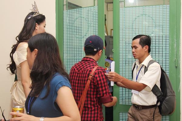 Trong khu vực hậu trường, Thùy Dung và người quản lý có nhã ý chụp ảnh kỷ niệm cùng với Omar thì ngay lập tức bị bảo vệ ngăn cản cấm tiếp xúc.