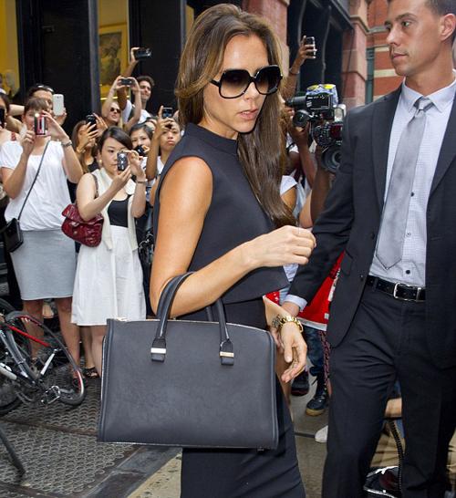 Ngay khi vừa bước tới chuỗi cửa hàngJ. Crew, biểu tượng thời trang 'hút' một lượng lớn người hâm mộ, phần lớn là phái đẹp khiến một góc phố ở New York ồn ào hẳn lên. Các chị em thi nhau giơ máy ảnh, điệp thoại ra chụp 'nữ hoàng phong cách'.