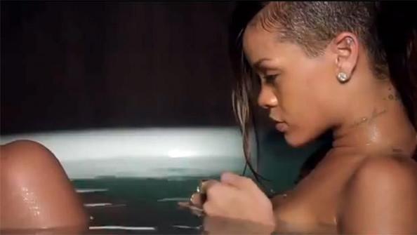 """Rihanna thả mình trong bồn nước khoe hình xăm chuỗi sao gợi cảm sau vai khi quay MV trữ tình """"Stay""""."""