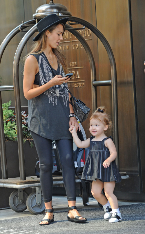 Con gái út của Jessica Alba càng lớn càng dễ thương