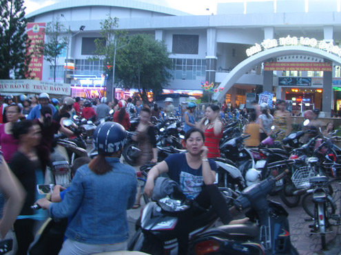 Rất nhiều người tập trung trước nhà hàng Trầu Cau, nơi diễn ra tiệc cưới.